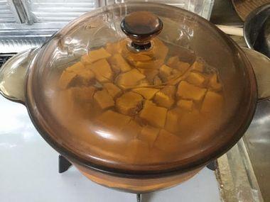 かぼちゃのお鍋にふたをした様子です。