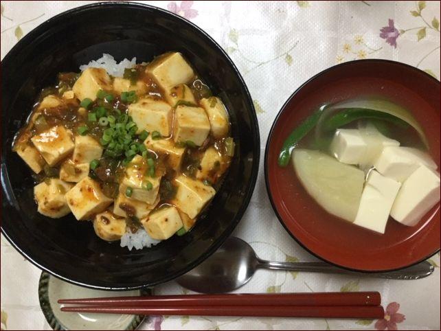 らっこがレトルト食品でこしらえた麻婆豆腐丼です。