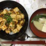麻婆豆腐丼と、お椀によそったブイヨン汁と、スプーンとお箸です。