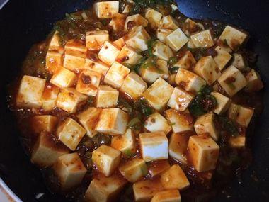 豆腐と麻婆豆腐の素を混ぜたところです。