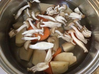 大きく切ったジャガイモとにんじんとぶなしめじがお鍋の中に入っています。