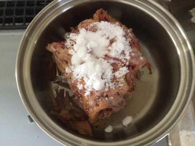 小鍋に凍らせた桃の皮と砂糖を大さじ2くらい入れたところです。