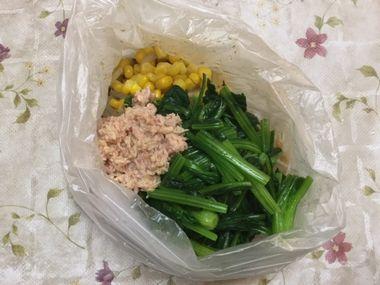 もやしを調味料につけている袋に、ホウレン草、コーン、ツナを加えたところです。