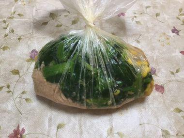 ビニール袋に、もやしとホウレン草とコーンとツナと調味料と合わせています。