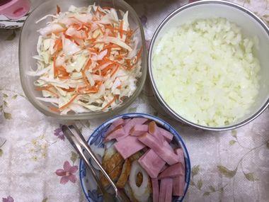 蕎麦の薬味です。玉ねぎのみじん切り、キャベツと人参の千切り、刻んだちくわとハムです。