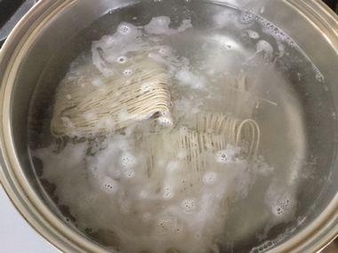 熱湯に名代手折りそばを入れた直後です。