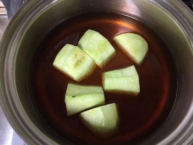 小鍋にポン酢と皮をむいて刻んだナスが入っています。