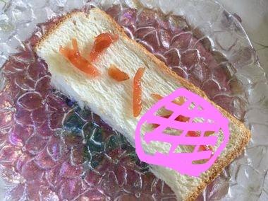 食パンに激甘の桃皮ジャムをたっぷりのせたイメージ画像です。