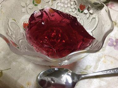 器によそった紫蘇ジュースゼリーです。