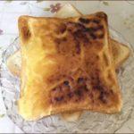 らっこが、メロンパン風トーストを焼こうとして焦がしてしまったトーストです。
