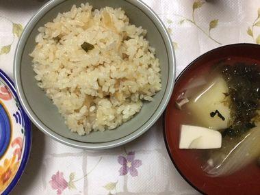 炊き込みチャーハンと、お椀によそったブイヨンスープです。