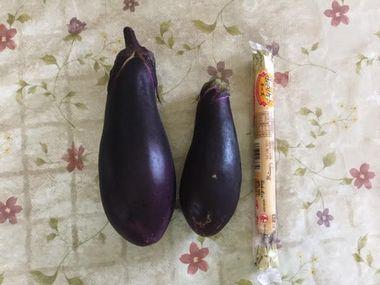 左から、こぎ叔父さんが育てたナス(大)、近所の農家の直売所で買ったナス(中)、大きさの比較用のチーズかまぼこです。