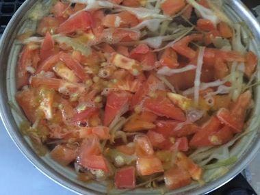 スープにシャウエッセンを入れて茹でています。