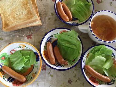 シャウエッセンとパンとスープのランチです。