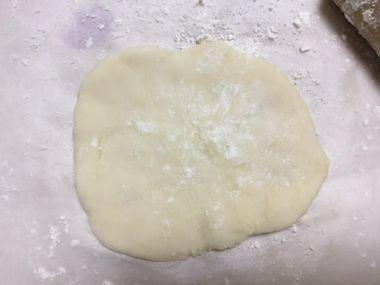 らっこが作っている餃子の皮です。
