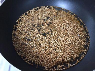 フライパンに煎り玄米と水が入っています。