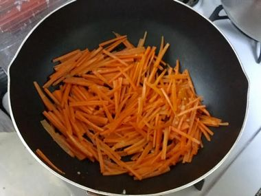 にんじんの色が変わって明るいオレンジ色になった様子です。