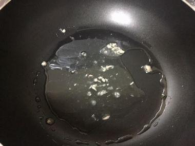 フライパンにためたツナ缶の油です。
