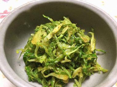 器によそったキャベツの外葉の炒め物です。