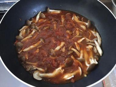 トマトとしめじと麻婆豆腐の素を混ぜた状態です。