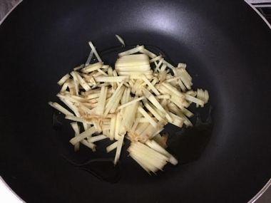 フライパンに入ったサラダ油と刻んだ生姜です。