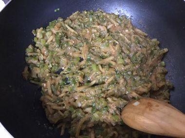 生姜ねぎ味噌を煮詰めています。