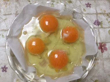 耐熱皿に卵が4個分割り入れられています。