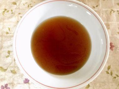 しょう油スープにお湯を注ぎました。