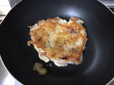 チキンステーキの身側を焼いています。