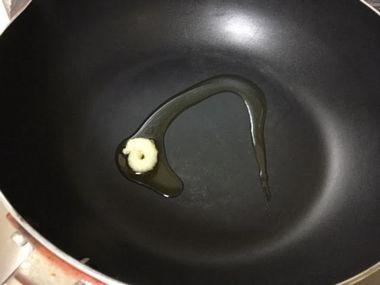 フライパンにごま油とチューブのにんにくが入っています。