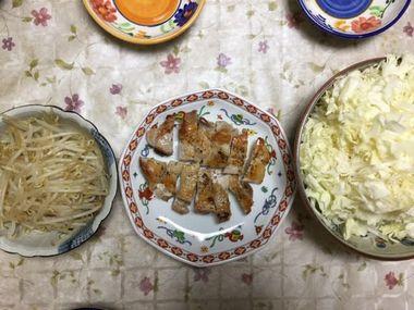チキンステーキとモヤシ炒めとキャベツの千切りです。