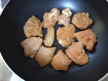 鶏むね肉を焼き始めたところです。