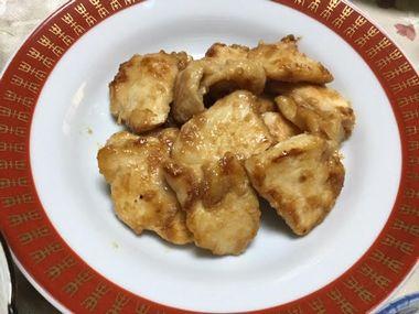 お皿によそった鶏むね肉の焼き肉です。