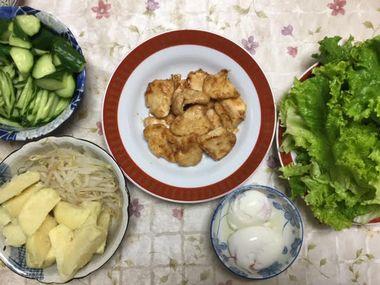 野菜の付け合わせと鶏むね肉の焼き肉です。