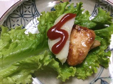 ポテトにケチャップをかけてお肉と一緒にグリーンリーフで包もうとしているところです。