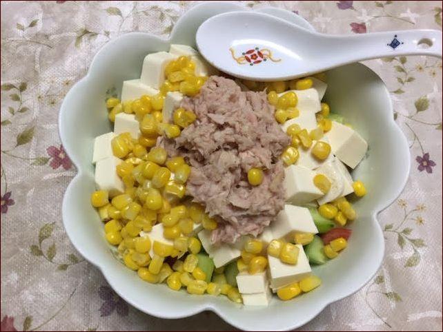 らっこが作った豆腐サラダです。