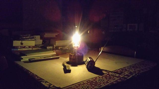 停電の夜、暖かい明りのランタンです。