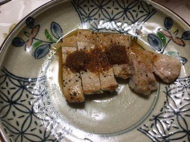 豚ロースのステーキに生姜のたれをかけて生姜焼きです。