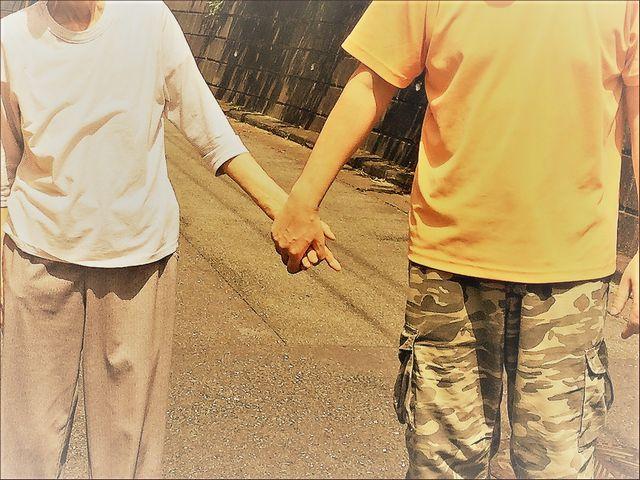 こぎ母の手を握るこーぎーです。
