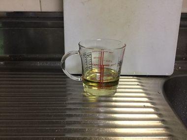 計量カップに入ったサラダ油です。90ml