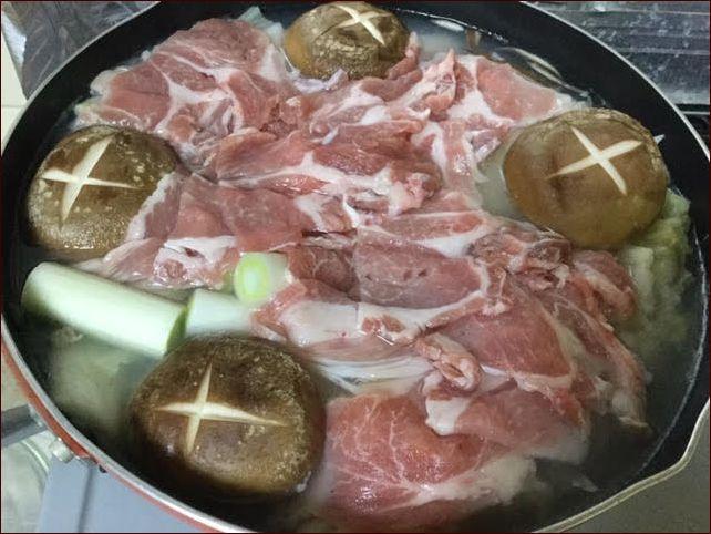 らっこが作った、酸っぱくなった白菜の漬物のお鍋です。