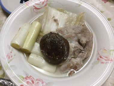 お皿によそった白菜の漬物の鍋です。