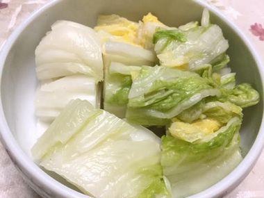 器に盛った白菜の漬物です。