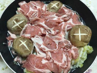 白菜の鍋にお肉を並べたところです。