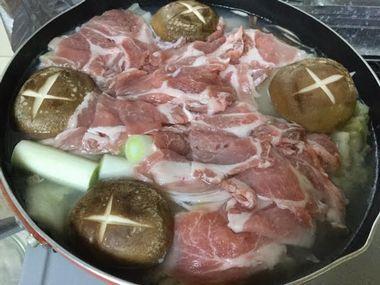 煮込んでいる白菜鍋です。