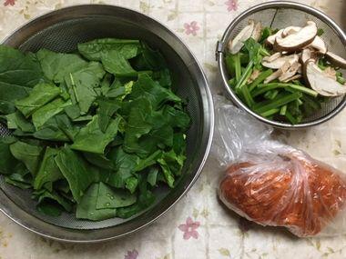 ホウレン草と椎茸と豚肉で豚キムチの材料です。