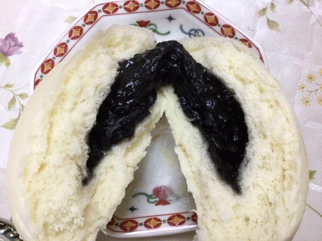維新號のあんまんです。真っ黒の餡が見えます。