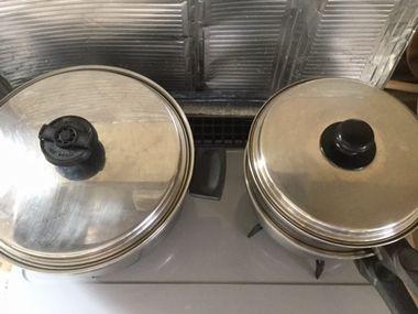 鍋にふたをして肉まんを蒸しています。