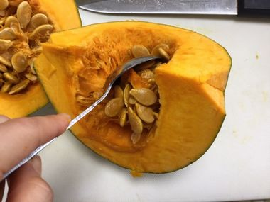 かぼちゃの種とワタを取り除いています。