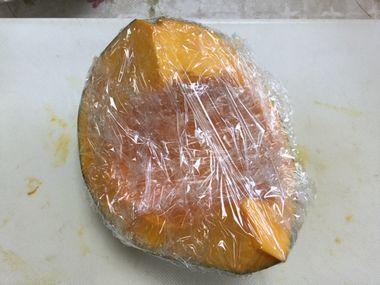 ラップで包んだかットかぼちゃです。